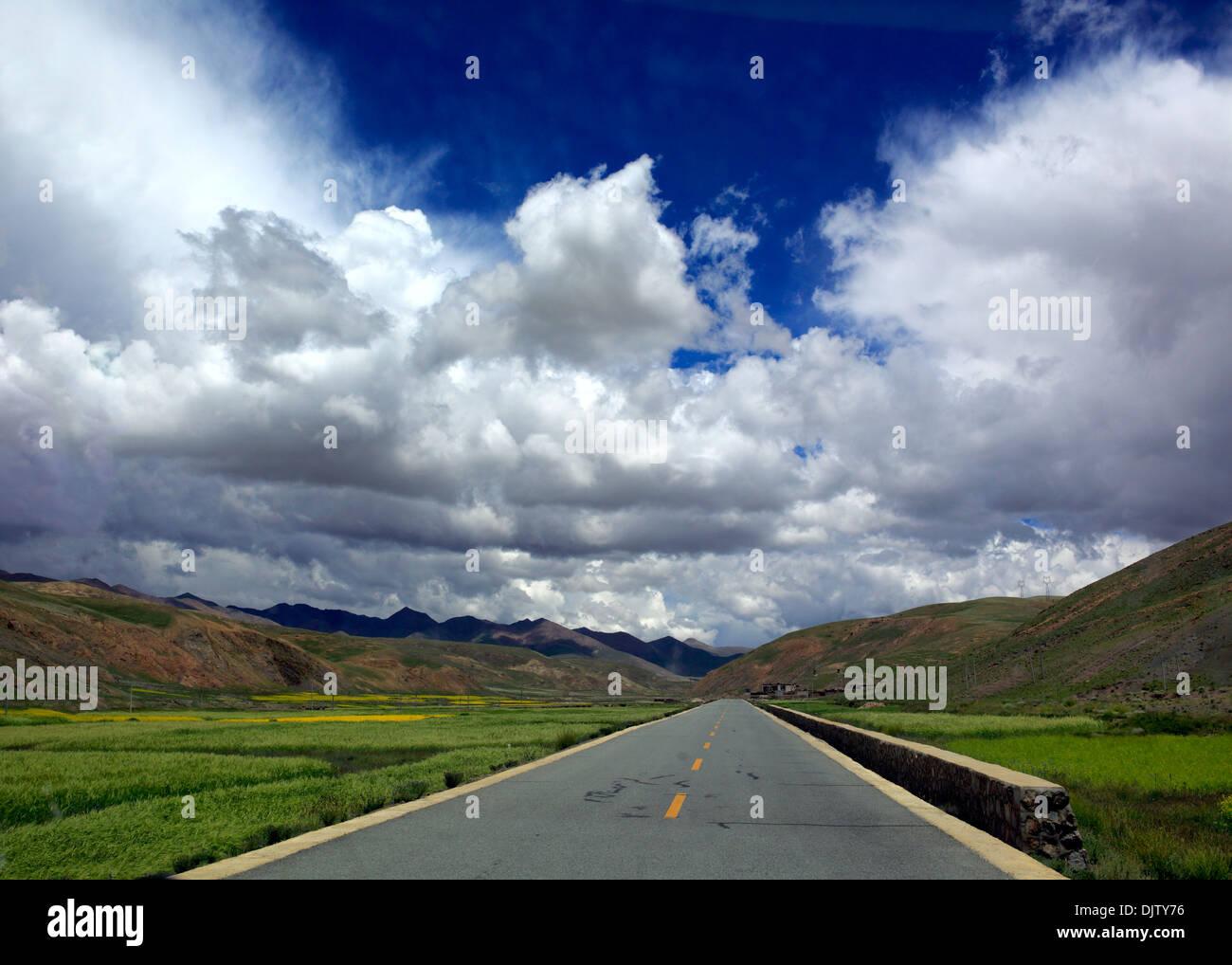 Road from Gyangtse to Tsangpo valley, Shigatse Prefecture, Tibet, China - Stock Image