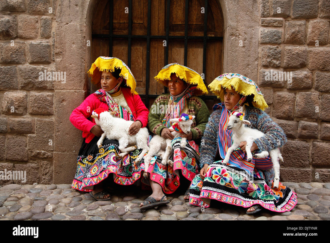 Quechua women in traditional dress at Calle Loreto, Cuzco, Peru. - Stock Image