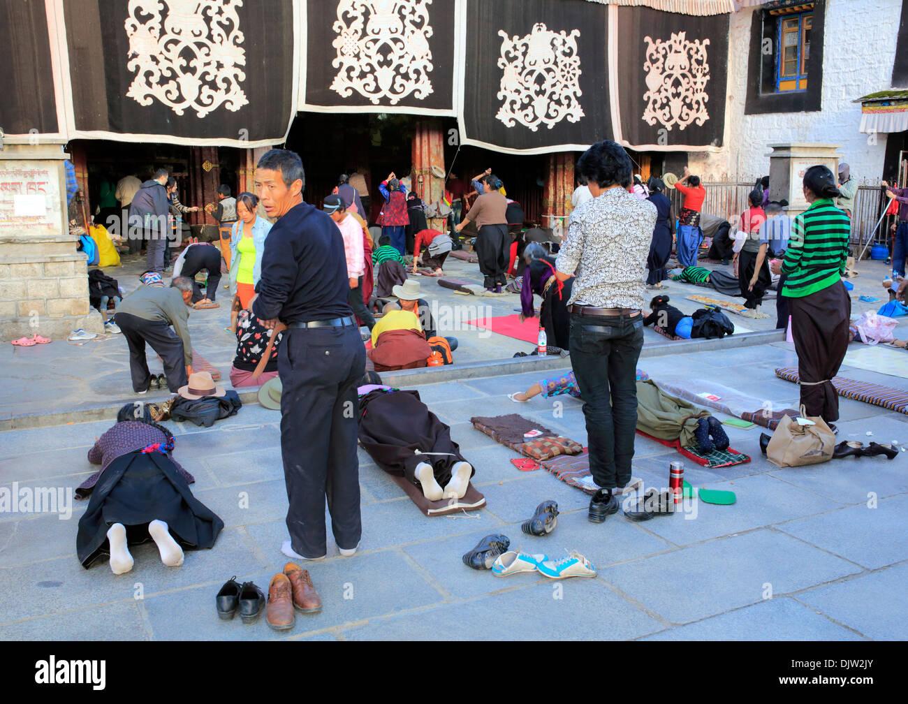 People praying near Jokhang temple, Lhasa, Tibet, China - Stock Image