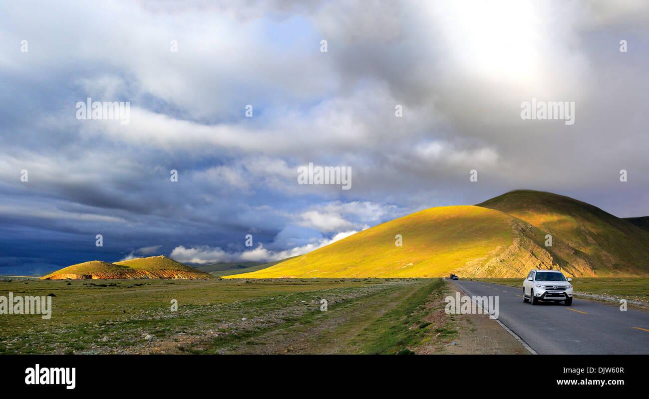 Mountain landscape, motorway from Namtso lake to Lhasa, Lhasa Prefecture, Tibet, China - Stock Image
