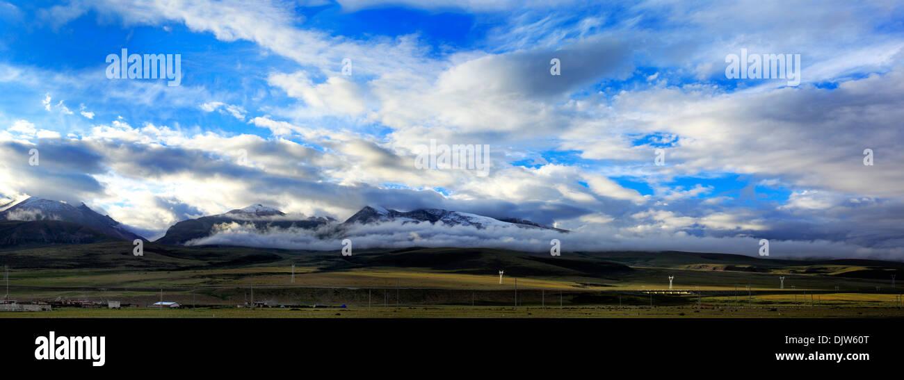Mountain landscape with Trans-Tibetan Railway, Lhasa Prefecture, Tibet, China - Stock Image