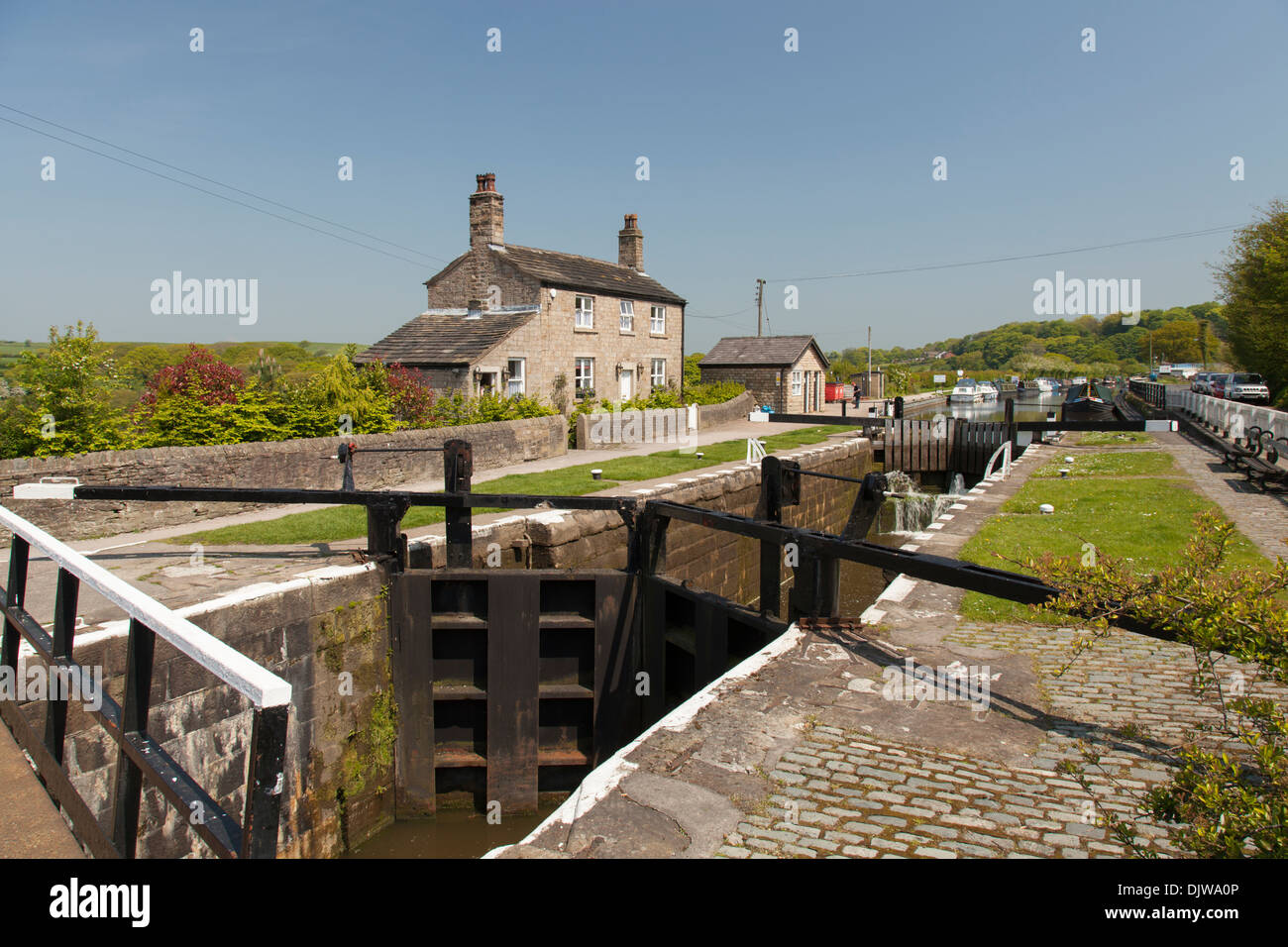 Lock keepers cottage and lock gates and the Leeds Liverpool canal at Wheelton, Lancashire - Stock Image