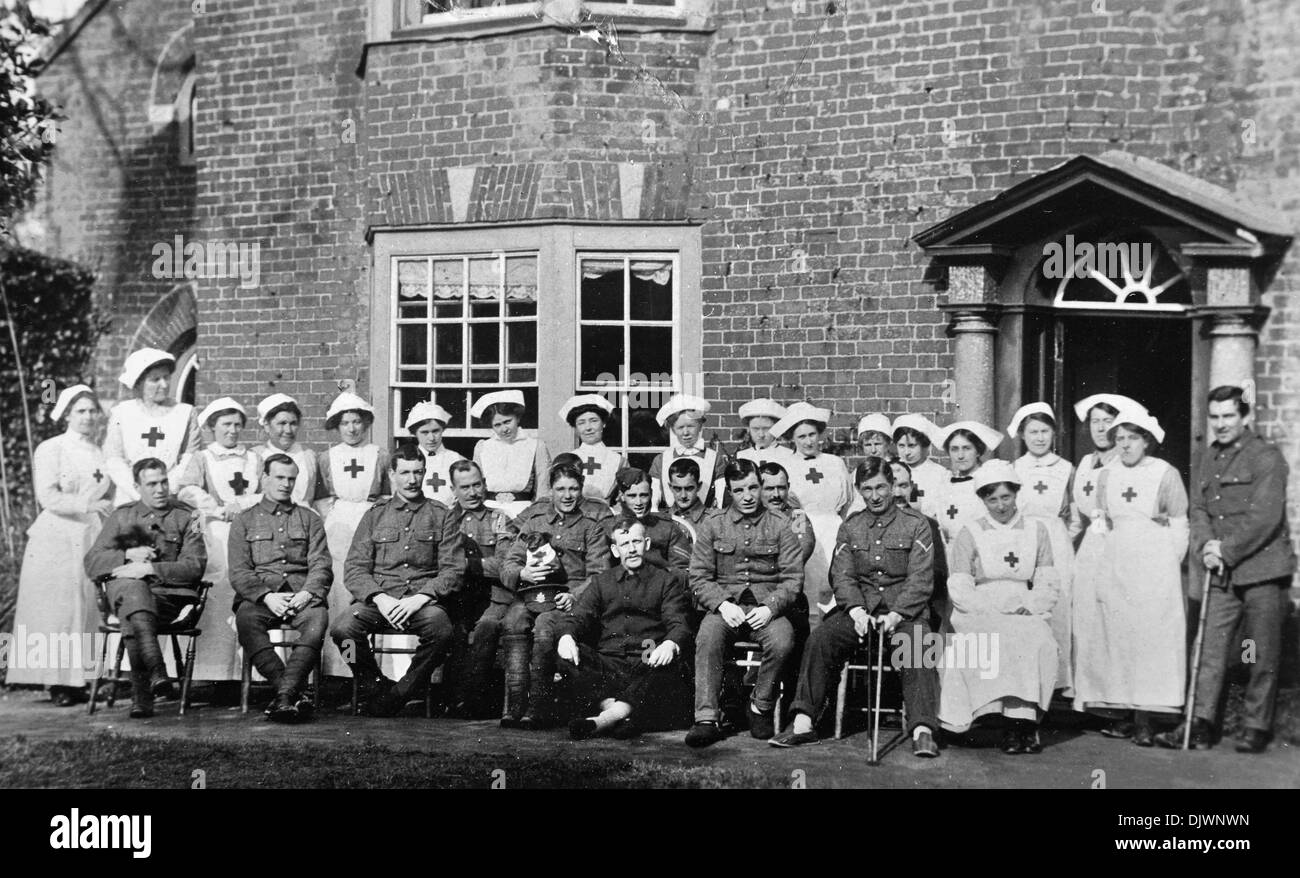 First World War, 1916, wounded British army soldiers and nurses in English country house converted and used as hospital, nursing home, recuperation, houses, homes, Norfolk England UK, 1st WW, Great War 1914-1918, history, archive archival historical imagery, WW1 soldier, 1st World War, injured nurse World War 1 - Stock Image