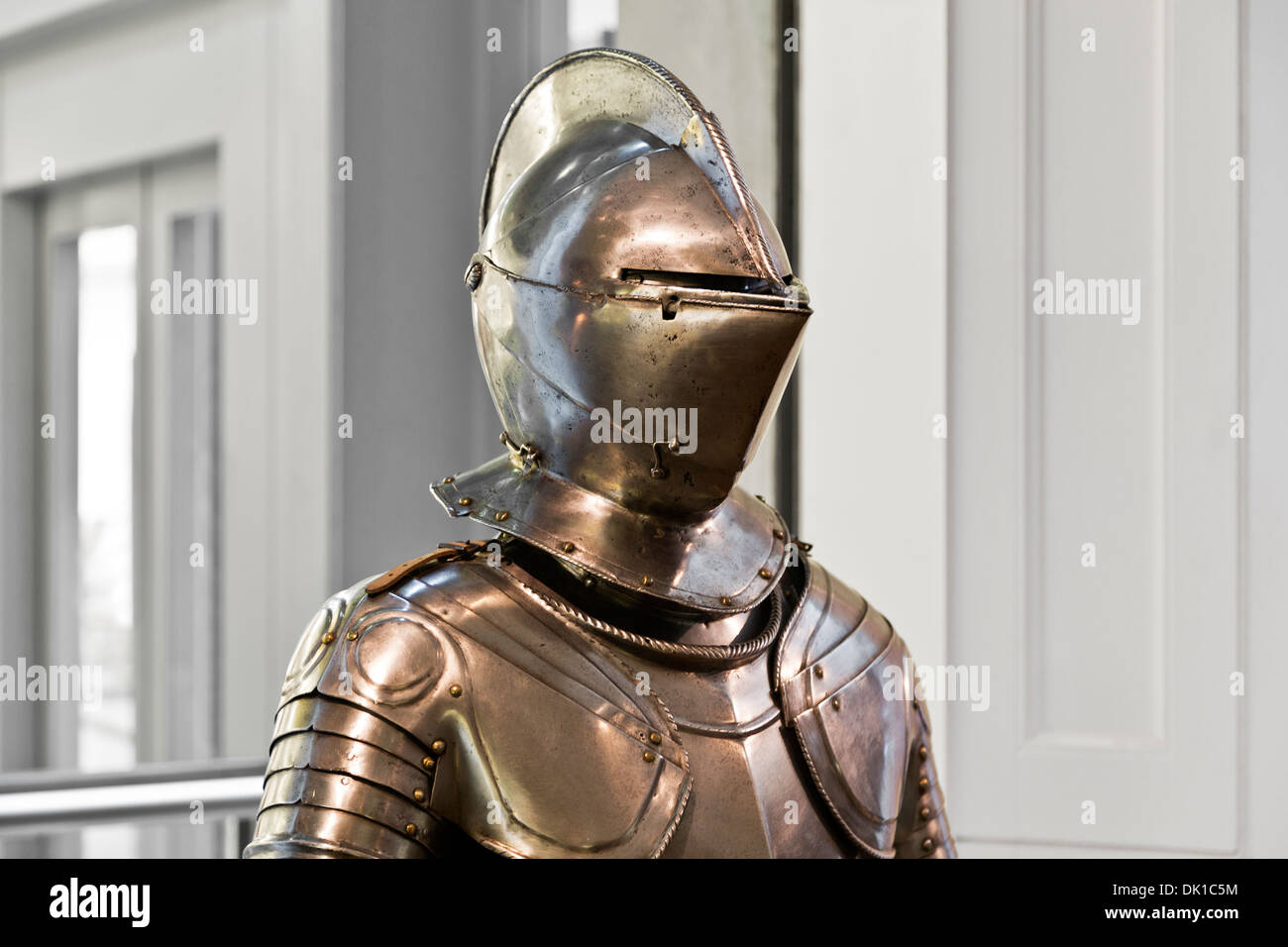 Medieval knight full plate body armour on display at the Fitzwilliam Museum, Cambridge, England - Stock Image