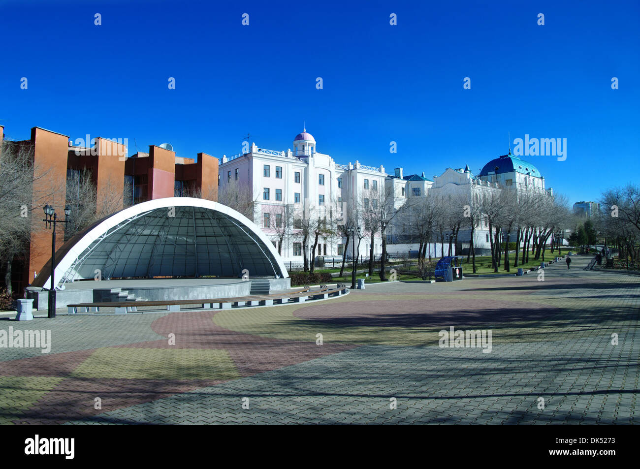 empty summer scene on the waterfront of the Amur Khabarovsk, on the background of the city museum and Philharmonic - Stock Image