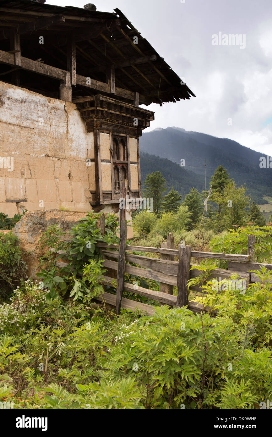 Bhutan, Phobjika, old traditional mud walled, timber-framed farmhouse - Stock Image