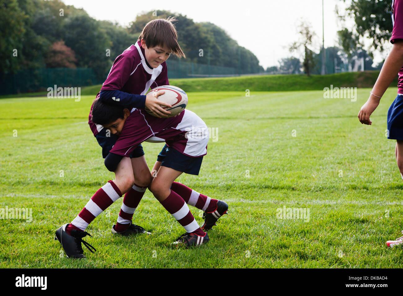 Teenage schoolboy rugby team practicing defence - Stock Image