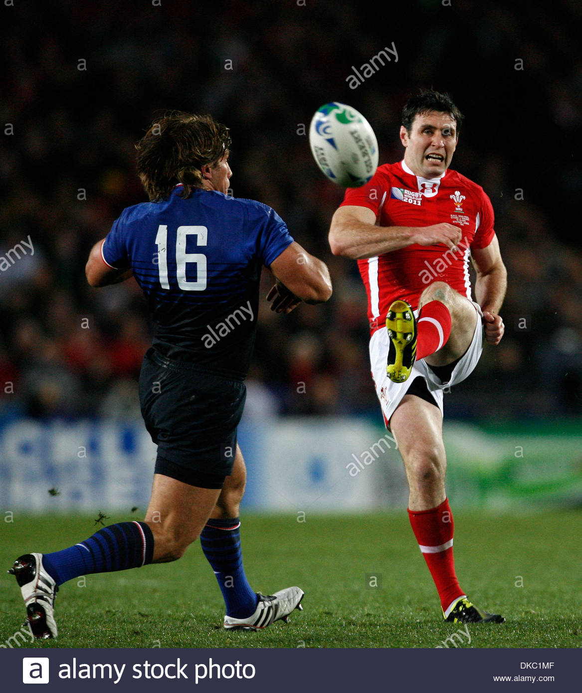 Wales' Stephen Jones tries a drop goal attempt with his left foot....Rugby World Cup 2011 Semi Final..Wales v France..15th October, 2011.(Credit Image: © Paul Thomas/Sportimage/Cal Sport Media/ZUMAPRESS.com) - Stock Image