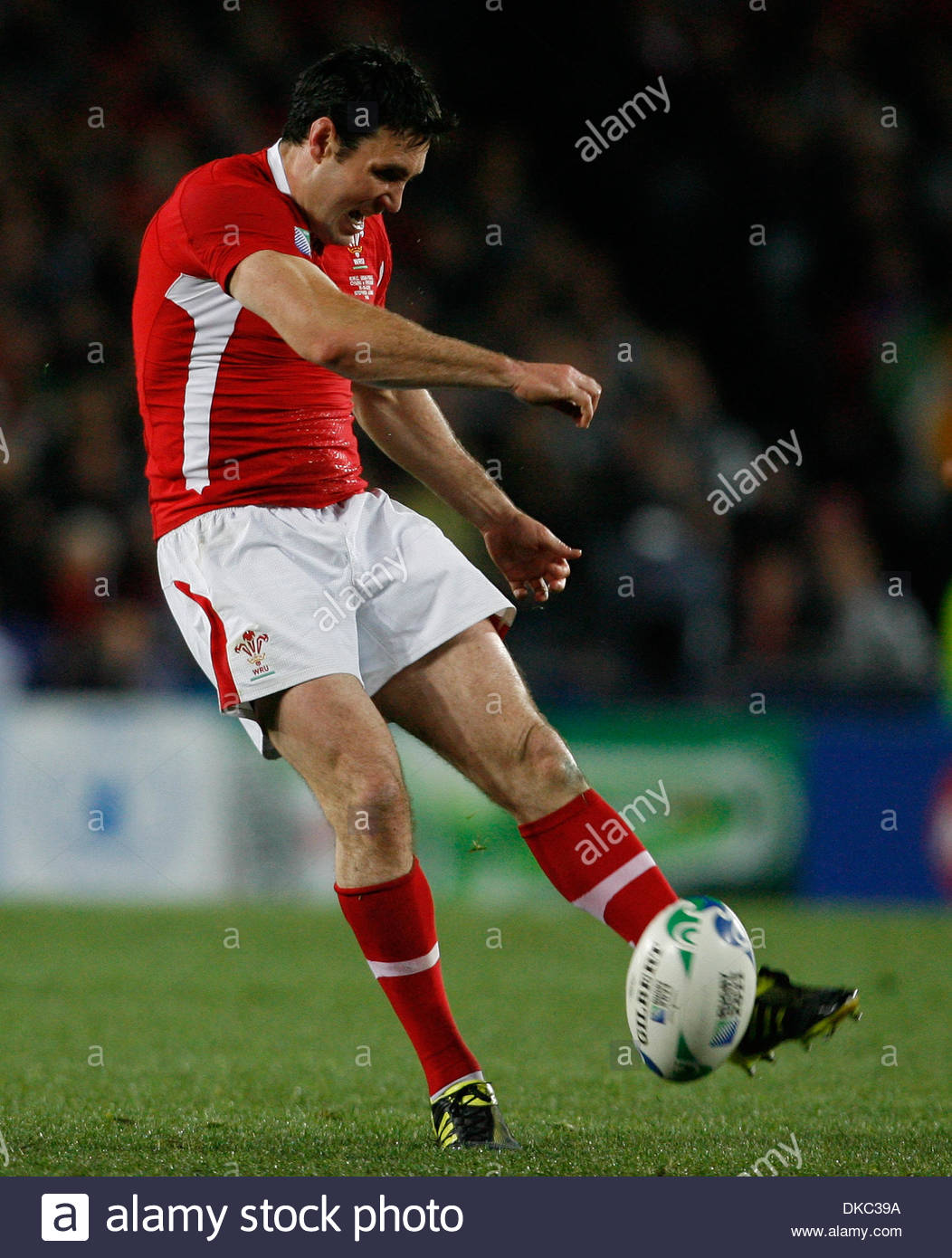 Wales' Stephen Jones attempts a drop goal with his left foot....Rugby World Cup 2011 Semi Final..Wales v France..15th October, 2011.(Credit Image: © Paul Thomas/Sportimage/Cal Sport Media/ZUMAPRESS.com) - Stock Image