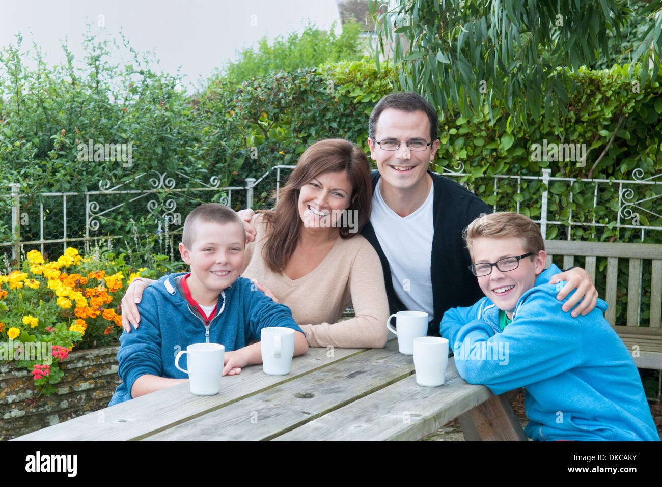 Family portrait at picnic bench - Stock Image