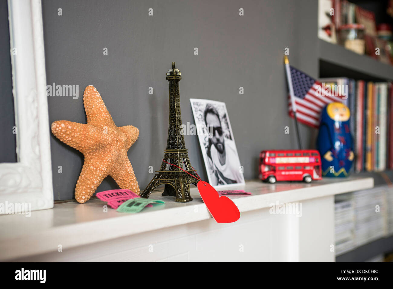 Living room mantelpiece with travel souvenirs - Stock Image