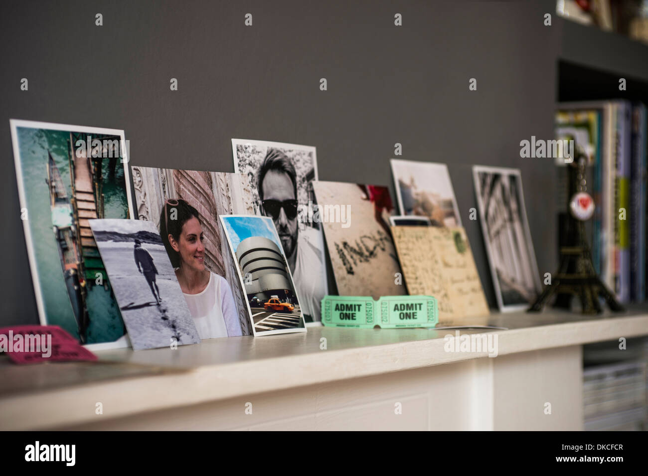 Living room mantelpiece with travel souvenirs and photographs - Stock Image