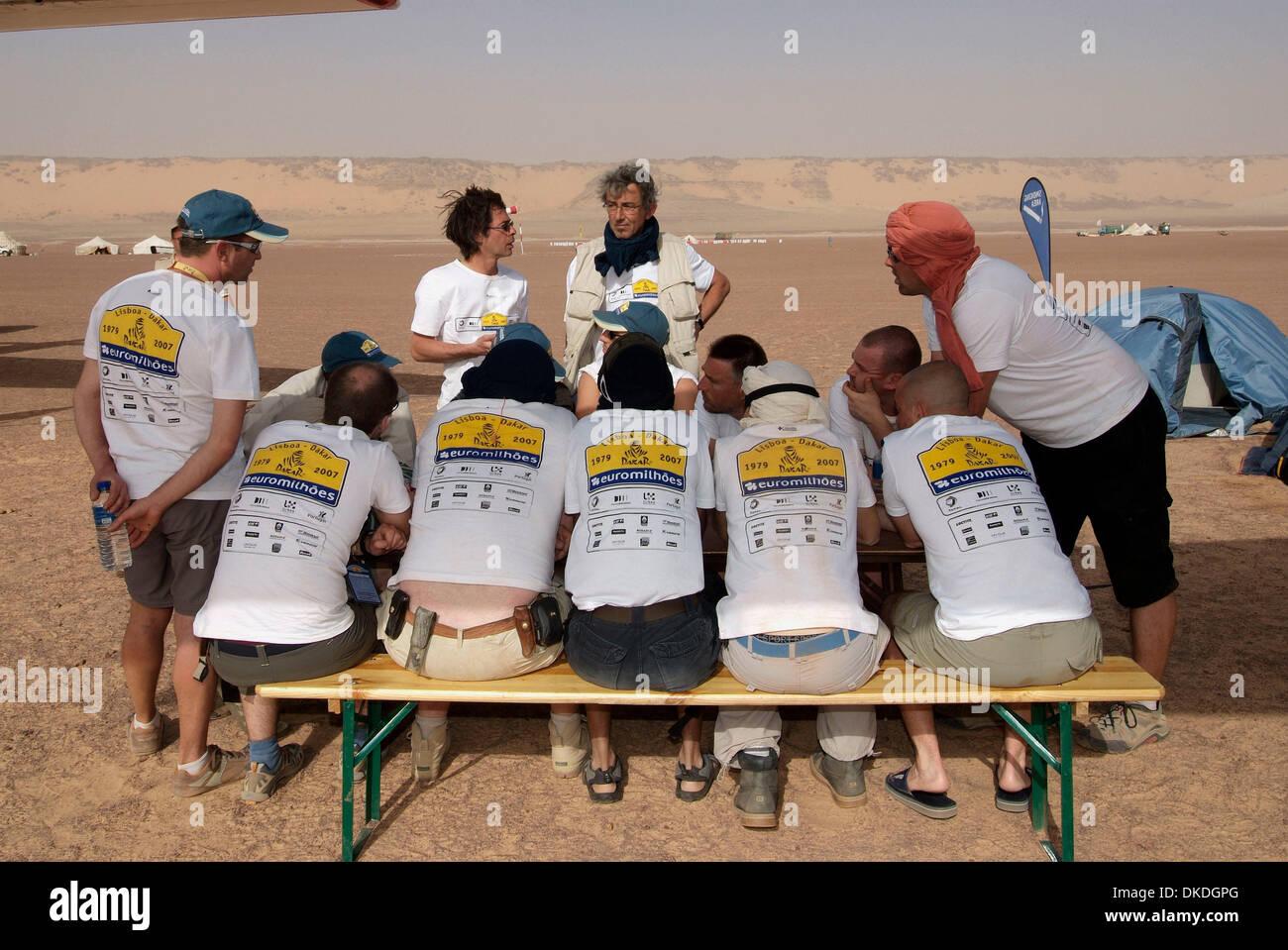 Jan 15, 2007 - Tichit, Mauritania - Stage 9 of the Rallye Lisboa - Dakar 2007  Tichit - Nema in Mauritania. PICTURED: Rally organisers meet in the desert. (Credit Image: © Olivier Pojzman/ZUMA Press) - Stock Image