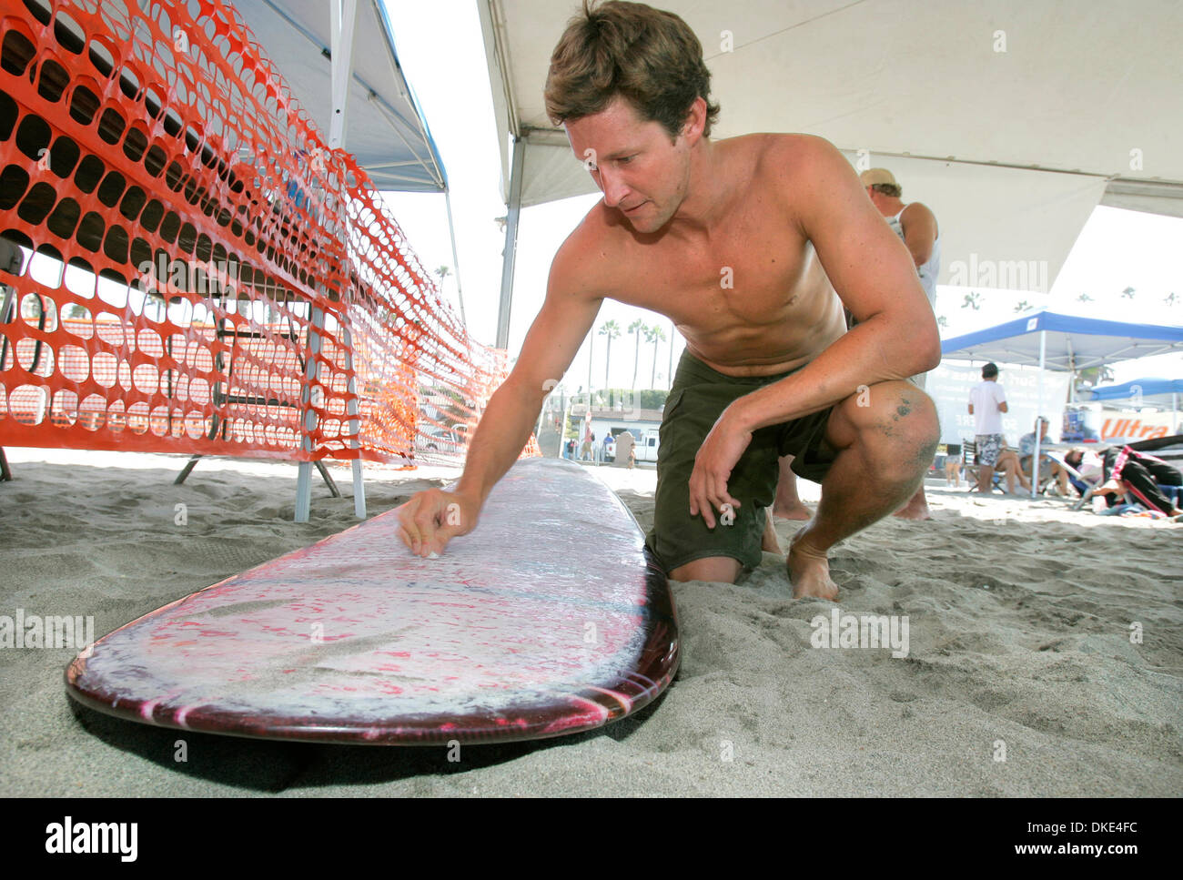 Aug 17, 2007 - Oceanside, CA, USA - MATT DALTON, 28, of Pacific Beach, waxes his board prior to his heat at the Oceanside Longboard Surf Contest. (Credit Image: © Charlie Neuman/SDU-T/ZUMA Press) RESTRICTIONS:  LA and Orange County Papers RIGHTS OUT! and USA Tabloid RIGHTS OUT! - Stock Image