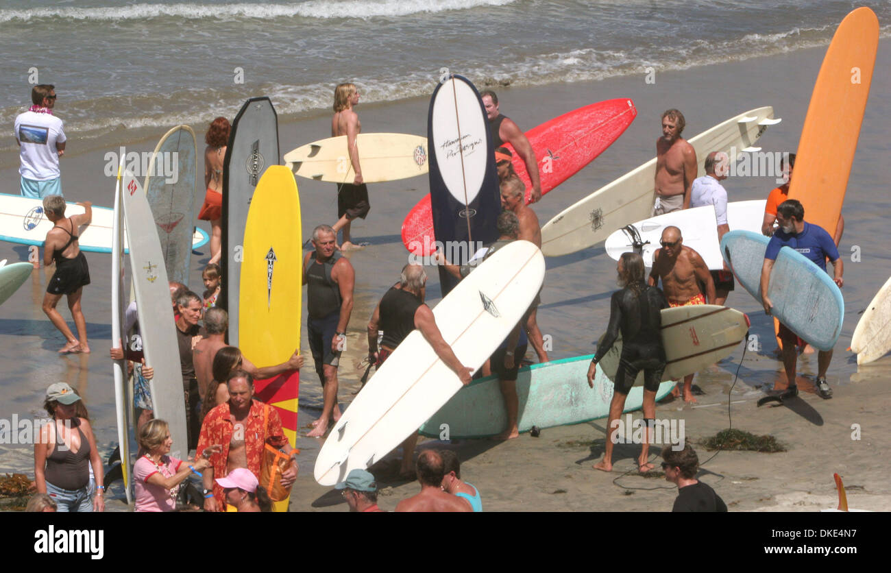 Aug 19, 2007 - La Jolla, California, USA - A lone short boarder (middle top of photo) finds himself amonst the 14th Annual Luau and Longboard Invitational at Scripps Institute of Oceanography.   (Credit Image: © Kohlbauer Don/San Diego Union Tribune/ZUMA Press) RESTRICTIONS: LA and Orange County Papers Out! Tabs Out! - Stock Image