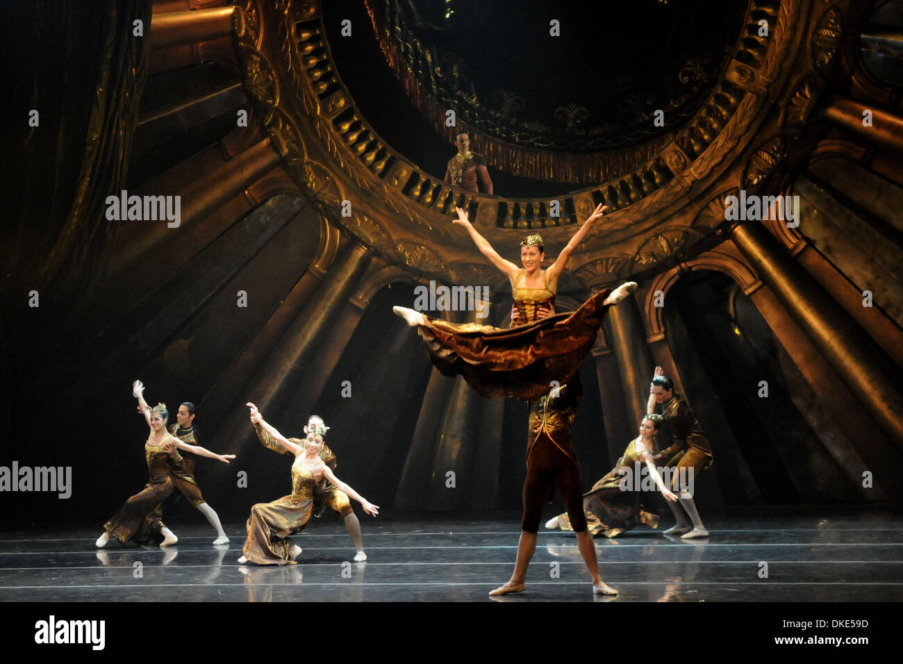 Montevideo, Uruguay. 4th Dec, 2013. Dancers from the National Ballet of Sodre present the play 'Russian Hamlet', directed by Argentinian dancer, Julio Bocca, at the National Auditorium of Sodre Dra. Adela Reta, in Montevideo, capital of Uruguay, on Dec. 4, 2013. Credit:  Nicolas Celaya/Xinhua/Alamy Live News - Stock Image