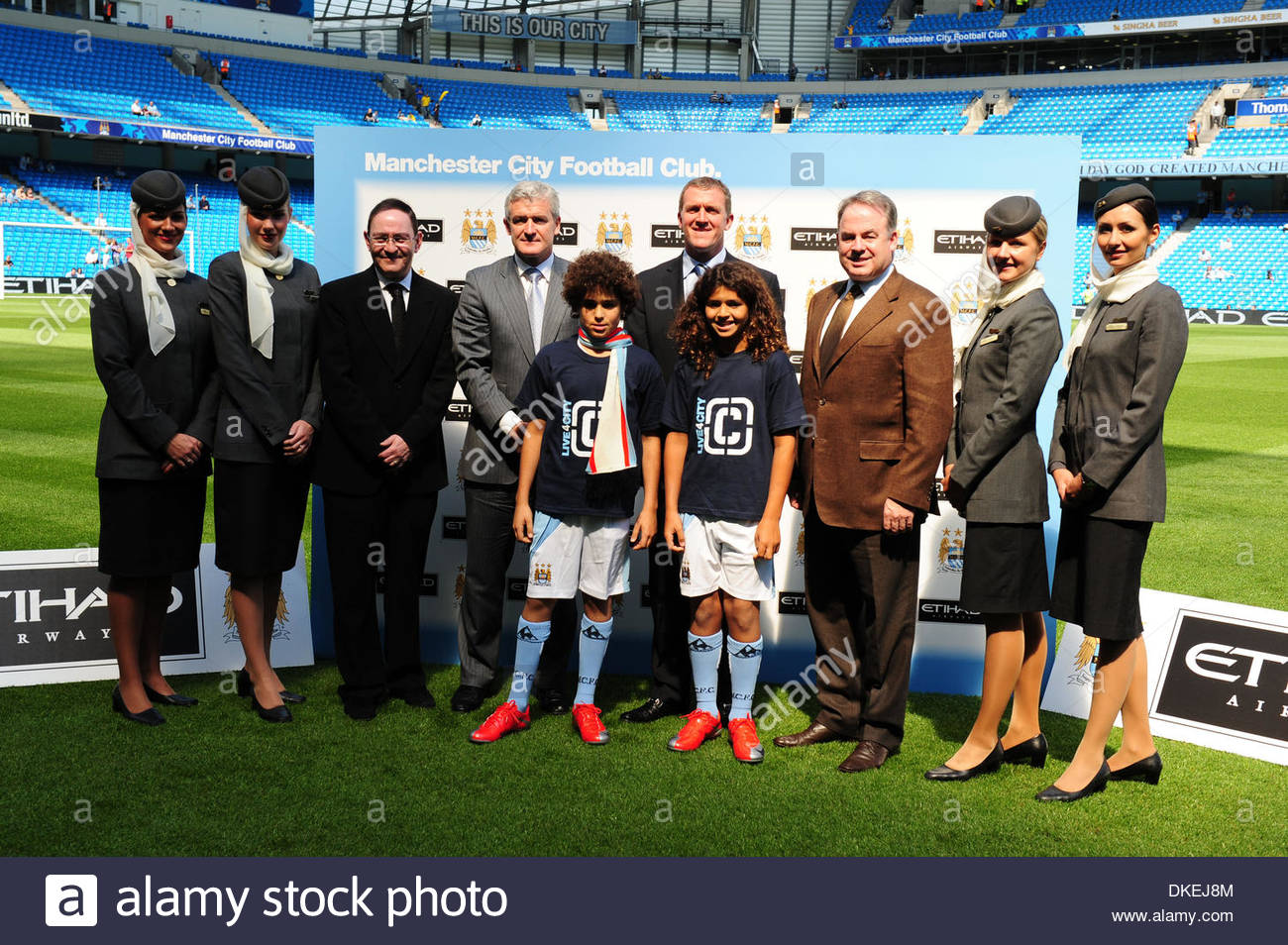 L-R) Sir Howard Bernstein, Chief Executive of Manchester City Council, Manager Mark Hughes, Garry Cook, Chief Executive of Manchester City FC and James Hogan, Chief Executive of Etihad Airways attend a photocall before the Barclays Premier League match between Manchester City and Bolton Wanderers at the City of Manchester Stadium on May 24, 2009 in Manchester, England. Etihad Airwa - Stock Image