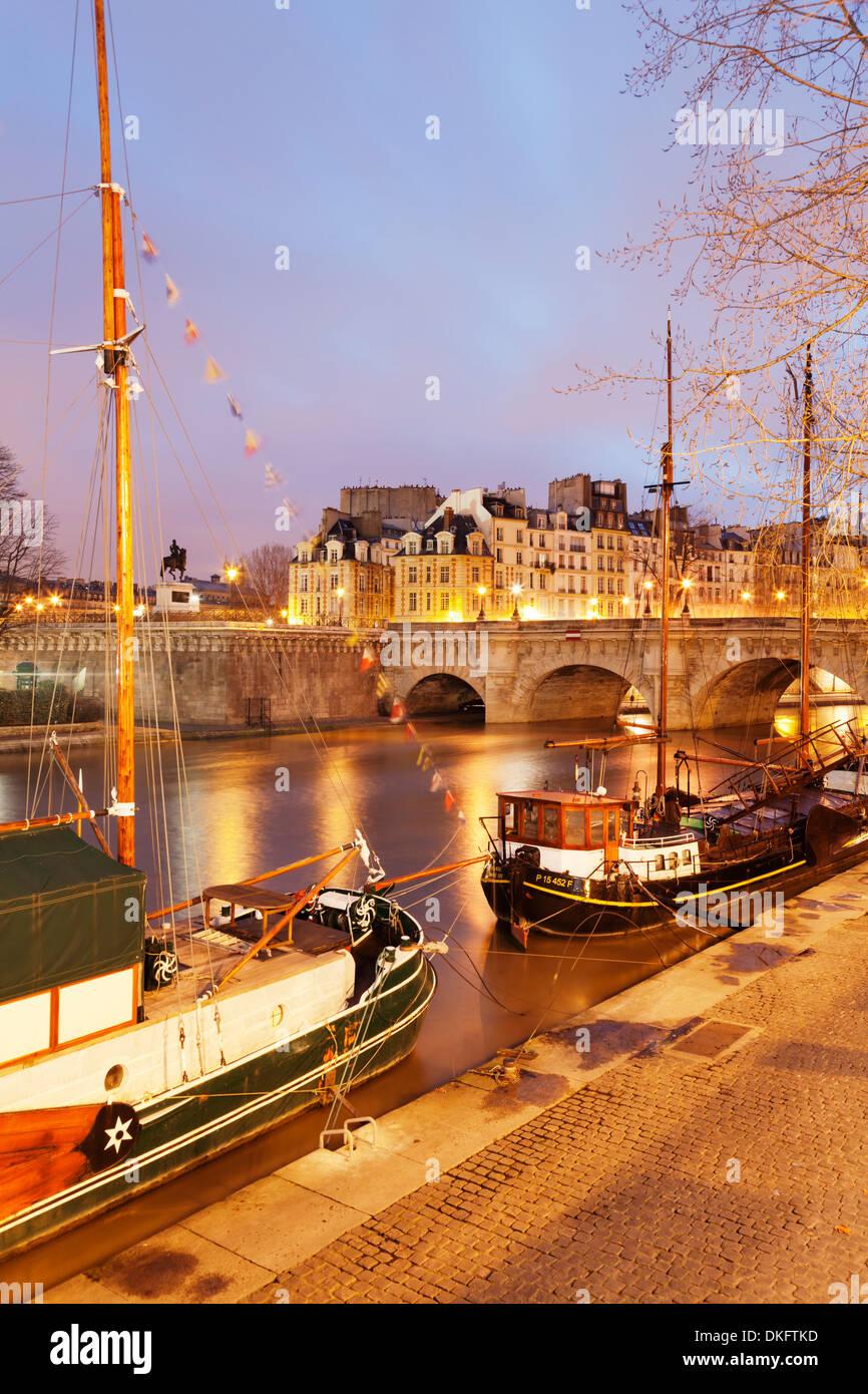 Ships on River Seine and Pont Neuf Bridge, Paris, Ile de France, France, Europe - Stock Image