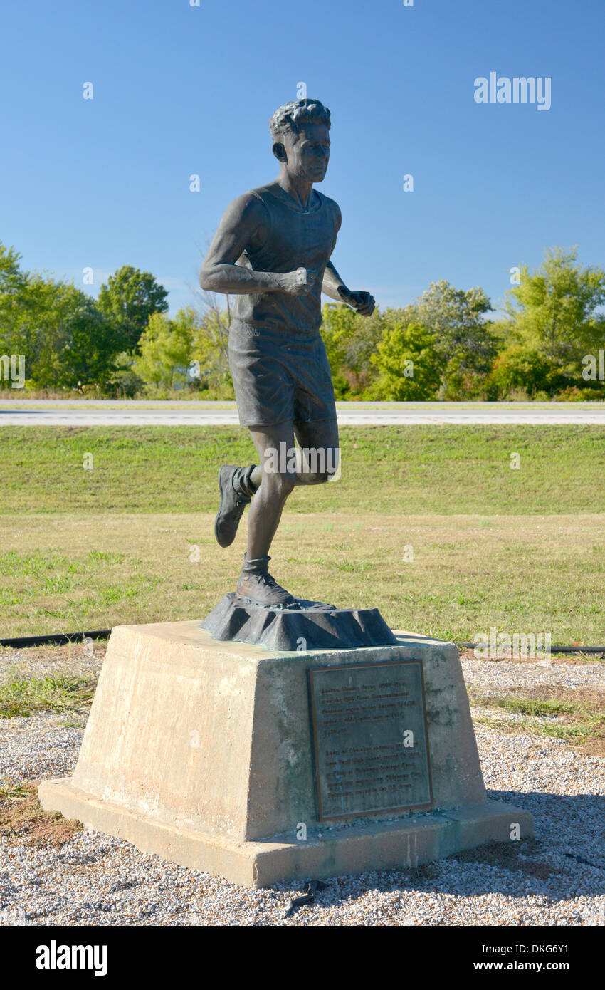 Welcome to Foyil sign and statue of Andy Payne, winner of the 1928 Transcontinental Footrace, Route 66 Oklahoma - Stock Image