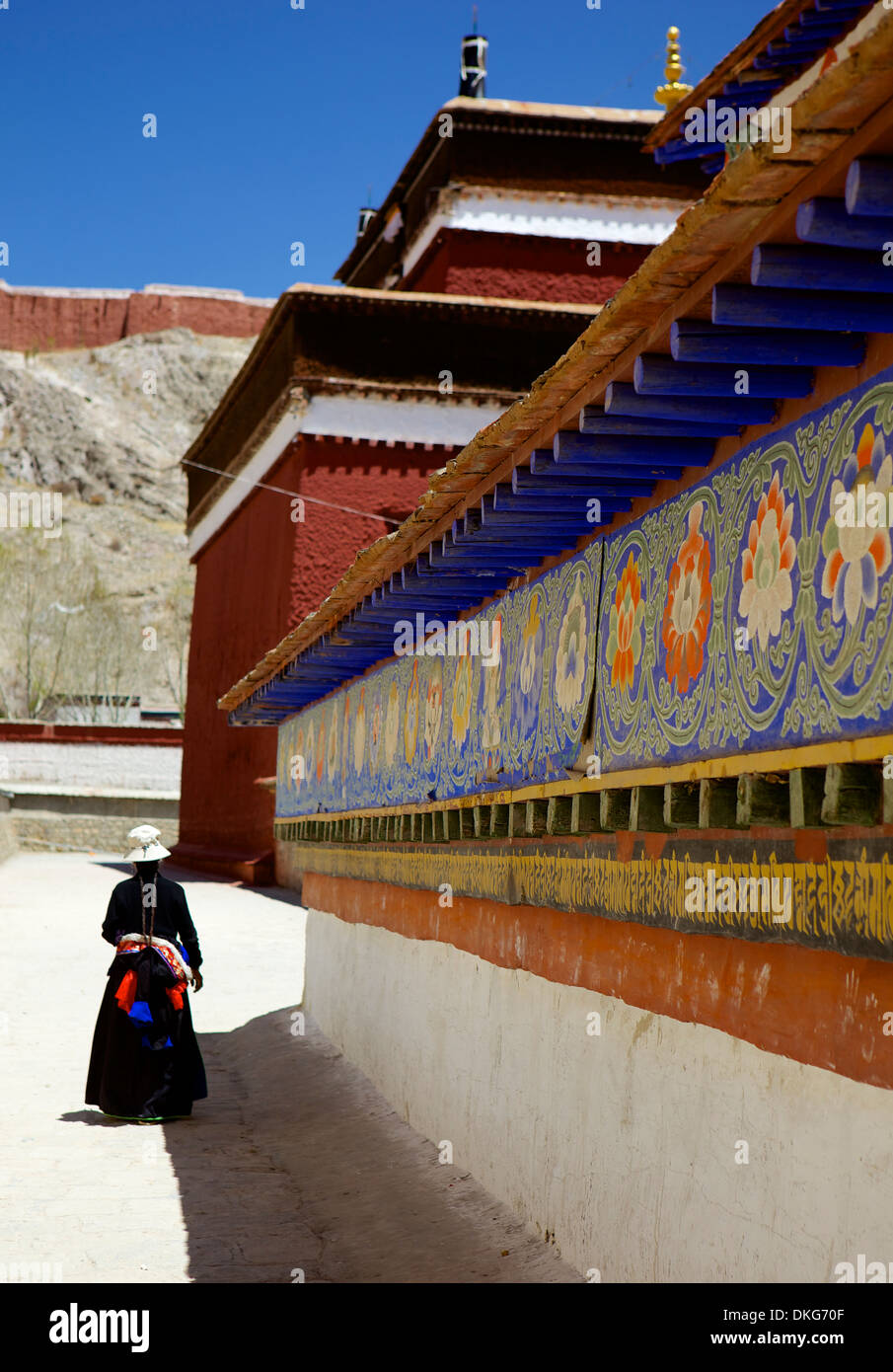 Tibetan Pilgrim circling the base of Kumbum chorten (Stupa) in the Palcho Monastery at Gyantse, Tibet, China, Asia - Stock Image