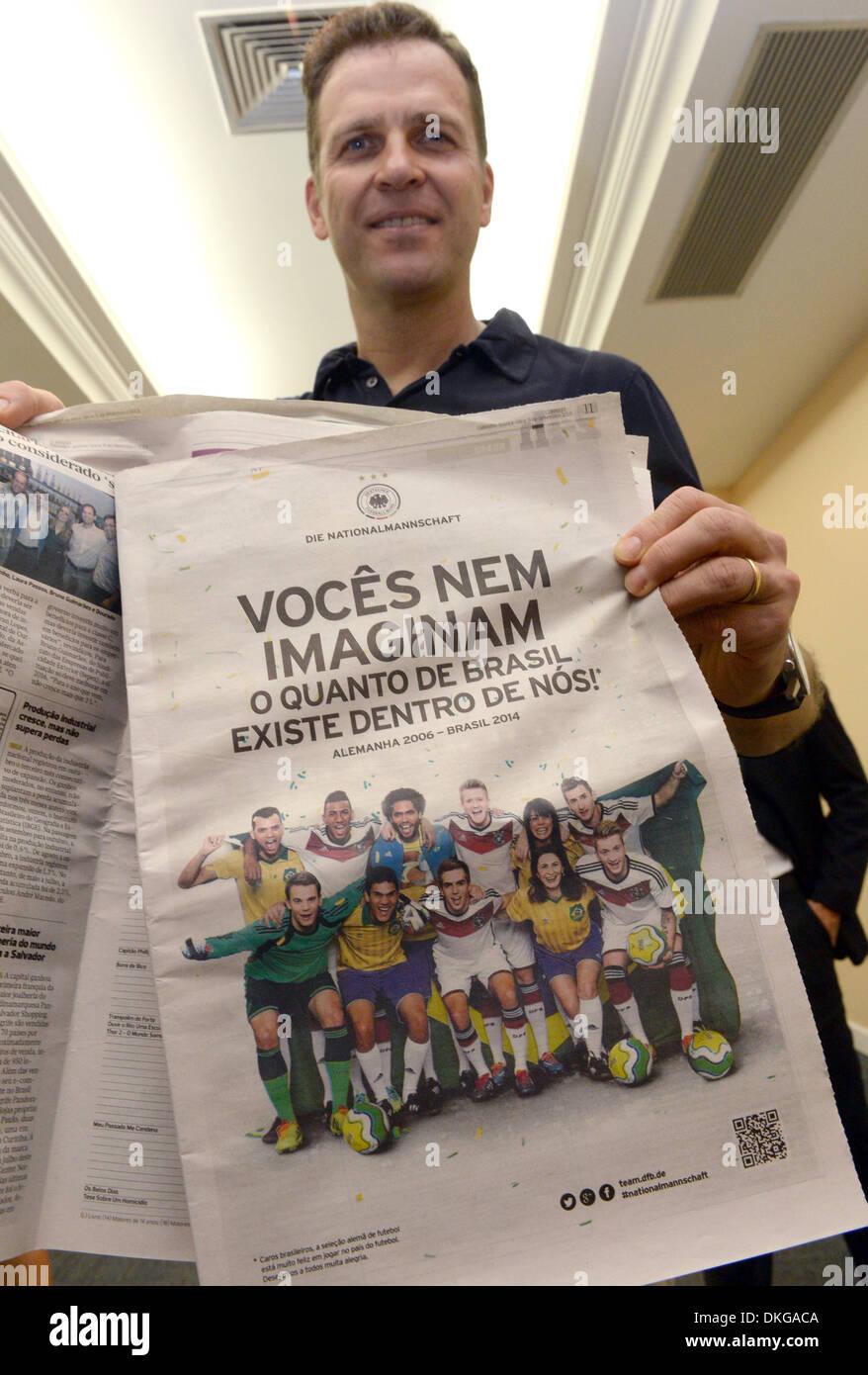 Der DFB-Teammanager Oliver Bierhoff hält am 05.12.2013 in Costa do Sauipe, Brasilien die brasilianischen Zeitung Stock Photo