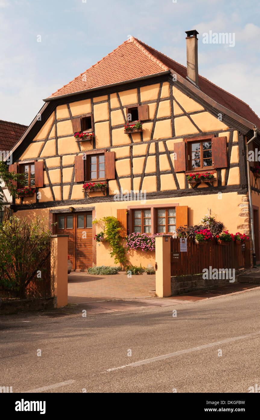 Elk213-2147v France, Alsace, Hunawihr, half-timbered house - Stock Image