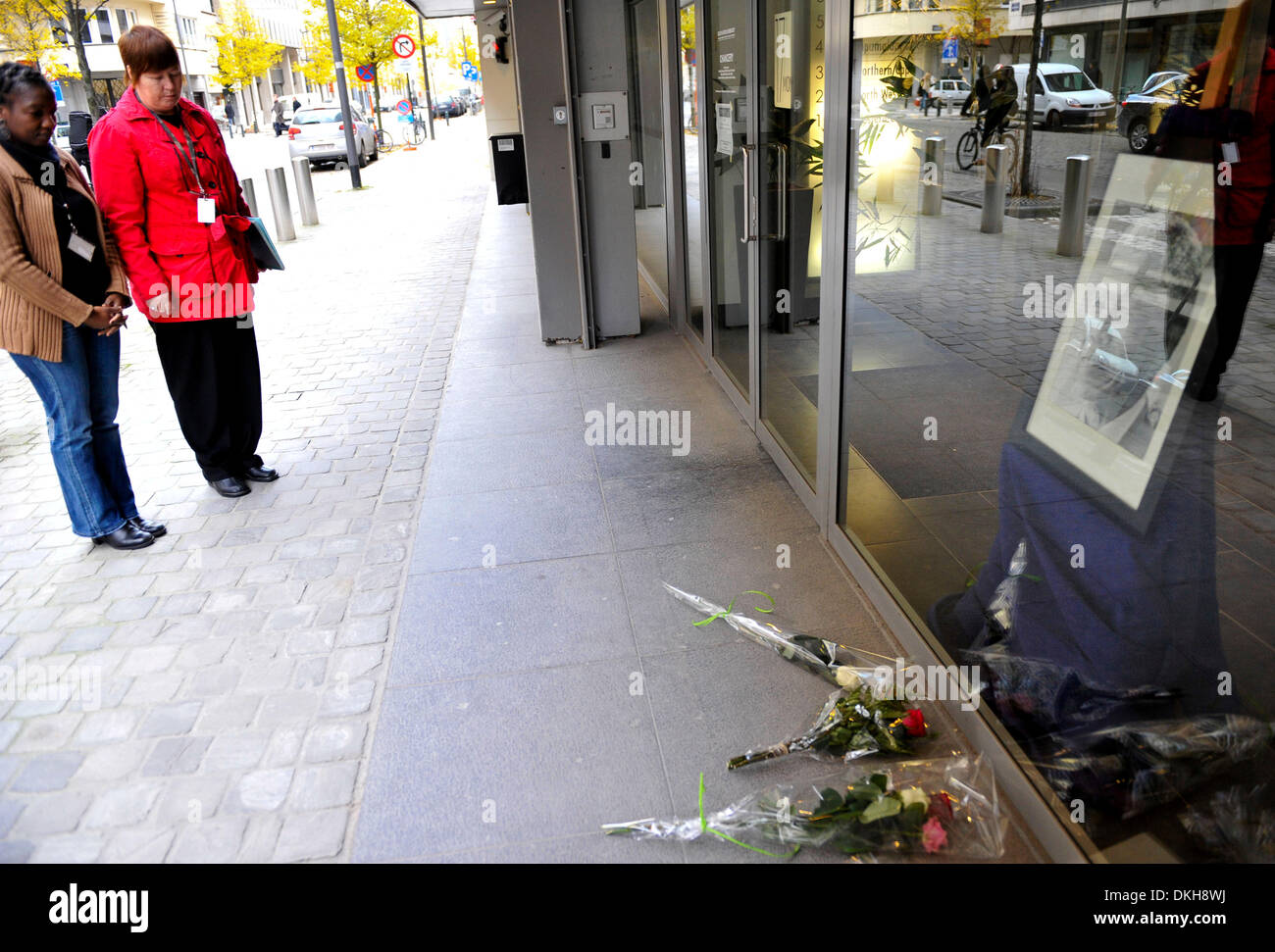 Brussels, Belgium. 6th December 2013. Two ladies mourn in front of portrait of the late Nelson Mandela outside the South African embassy in Brussels, capital of Belgium, Dec 6, 2013. Condolence messages are pouring in for the late former South African president from all over the world on Friday. (Xinhua/Ye Pingfan/Alamy Live News) - Stock Image