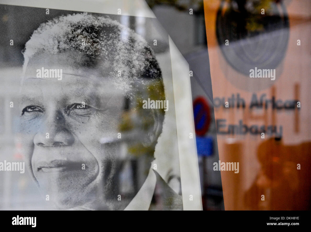 Brussels, Belgium. 6th December 2013. Phote taken on Dec 6, 2013 shows portrait of the late Nelson Mandela at the South African embassy in Brussels, capital of Belgium. Condolence messages are pouring in for the late former South African president from all over the world on Friday. (Xinhua/Ye Pingfan/Alamy Live News) - Stock Image