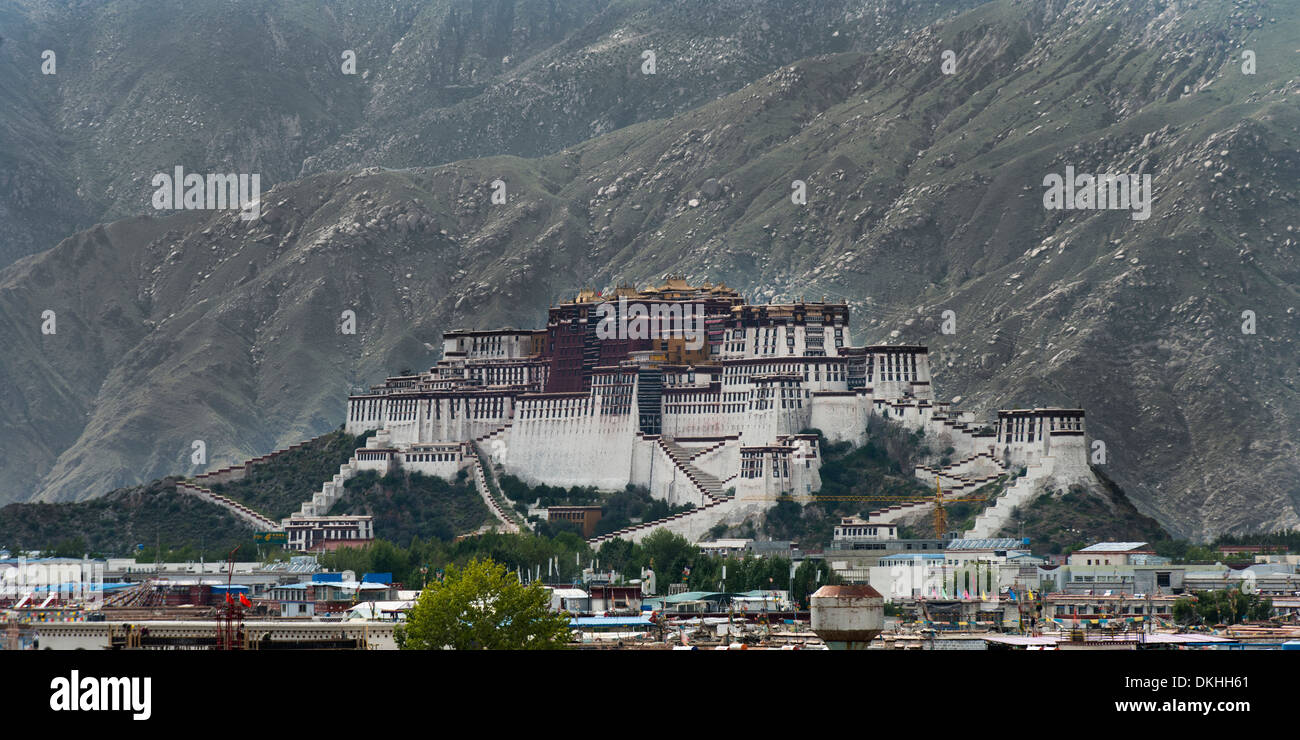 View of the Potala Palace in front of mountains, Lhasa, Tibet, China - Stock Image
