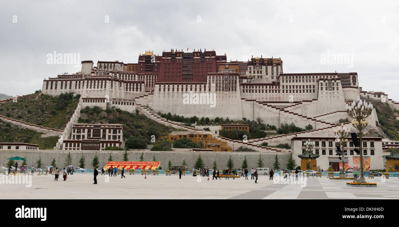 Tourists at Potala Palace, Lhasa, Tibet, China - Stock Image