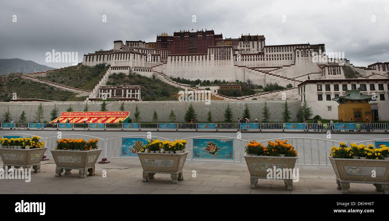 Facade of the Potala Palace, Lhasa, Tibet, China - Stock Image