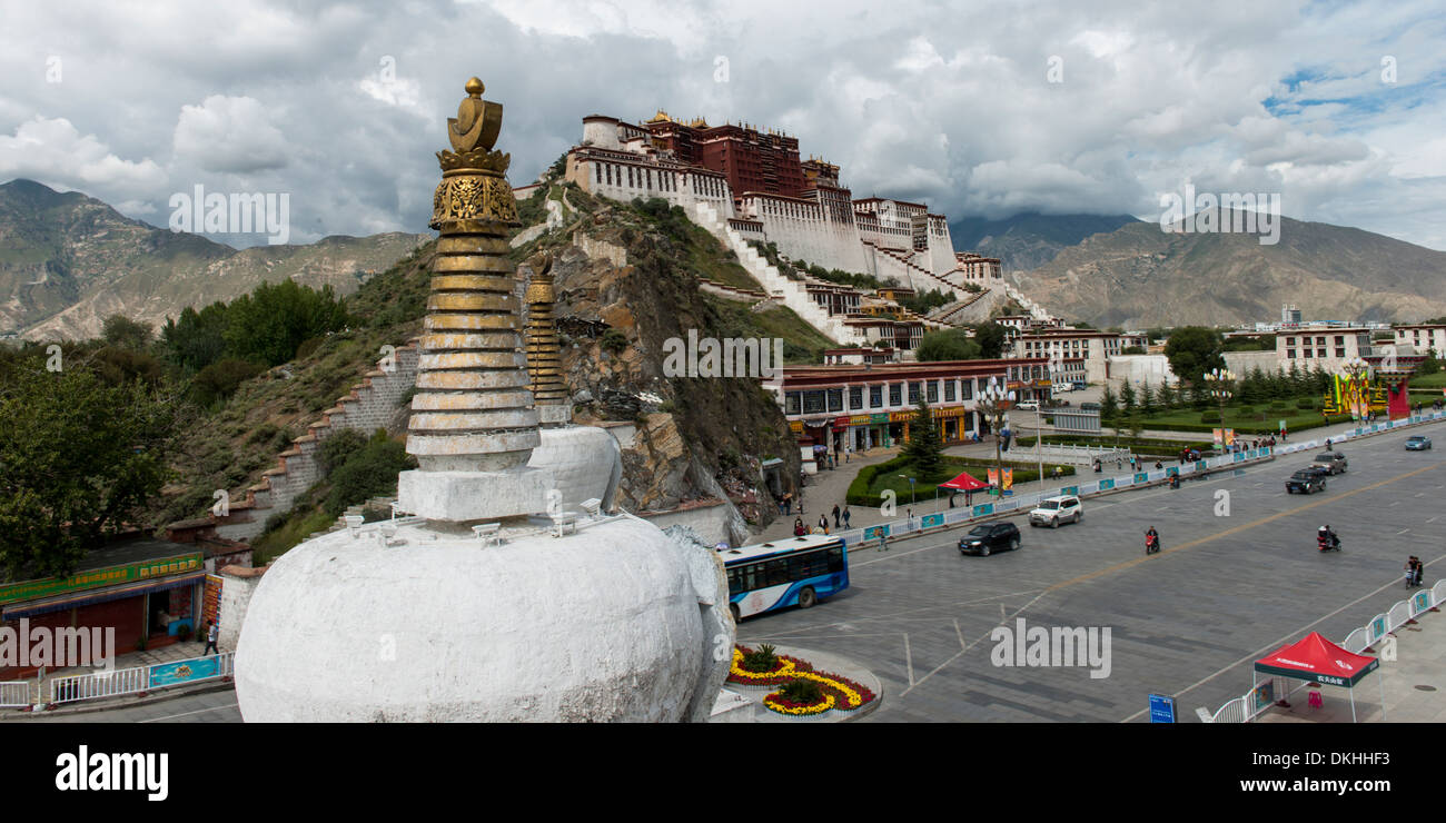 Stupa with Potala Palace in the background, Lhasa, Tibet, China - Stock Image