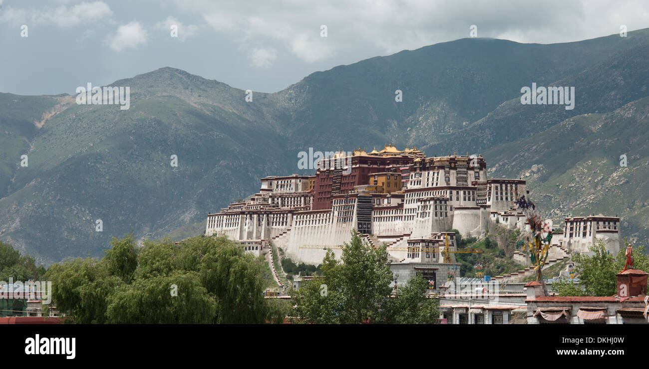 View of the Potala Palace with mountains in the background, Lhasa, Tibet, China - Stock Image