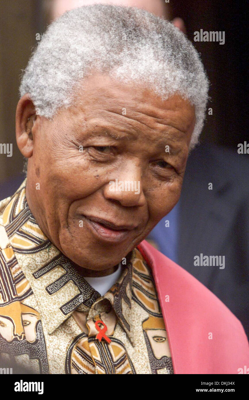 NELSON MANDELA 'DANCING WITH THE DONS' AT CAMBRIDGE UNIVERSITY. - Stock Image