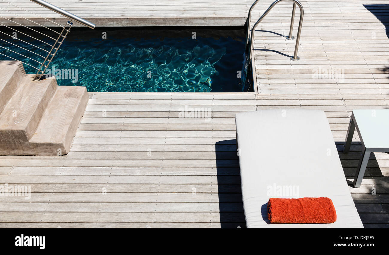 Pool and wooden deck of modern house - Stock Image