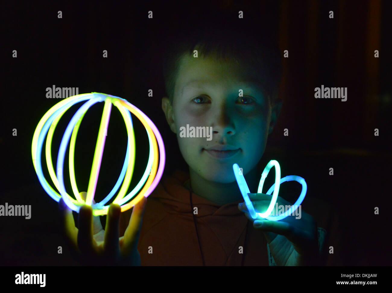 Kind, Spiel, Leuchtstaebe - Stock Image