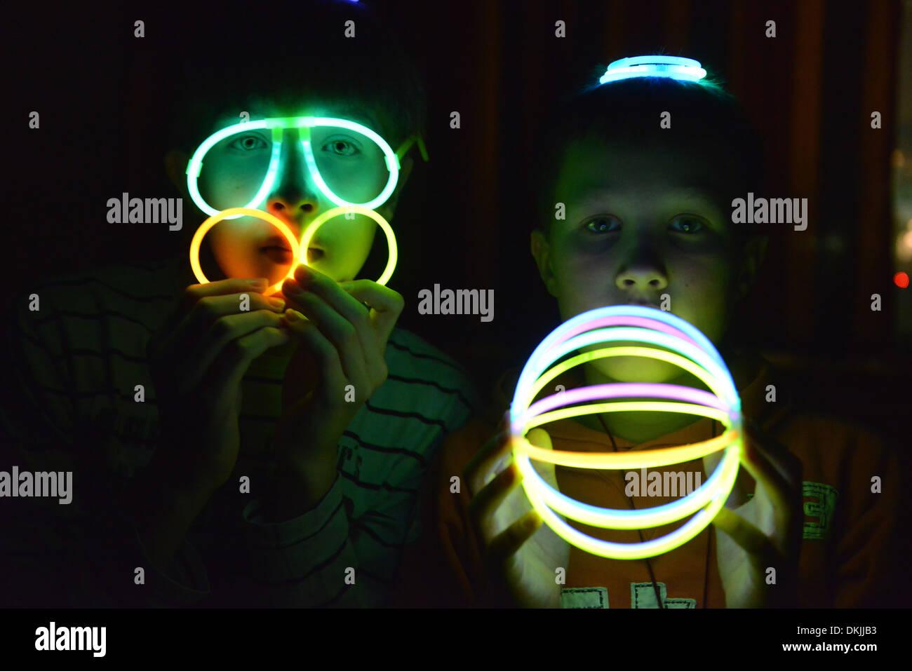 Kinder, Spiel, Leuchtstaebe - Stock Image