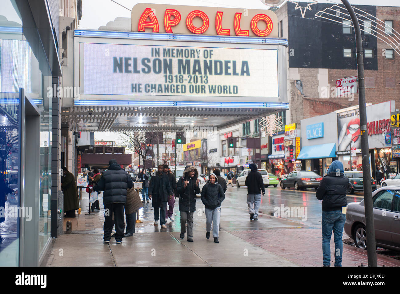 The marquee of the Apollo Theater in Harlem in New York on a rainy Friday, December 6, 2013 shows a memorial to the late Nelson Mandela. The South African civil rights activist passed away at the age of 95. Mandela visited Harlem in 1990 on his first visit to New York. (© Richard B. Levine) - Stock Image
