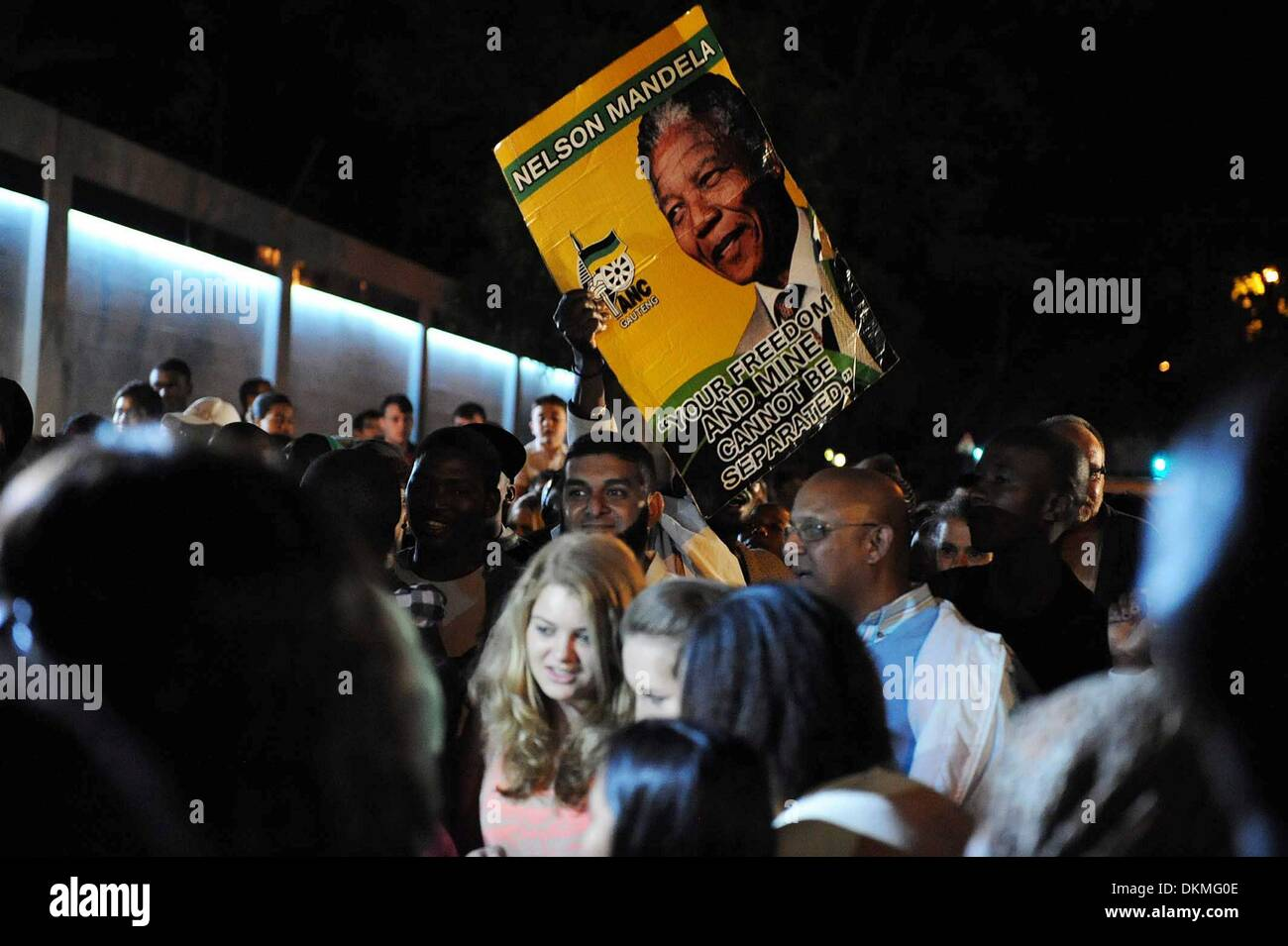 JOHANNESBURG, SOUTH AFRICA: People gathering in Houghton on December 6, 2013, in Johannesburg, South Africa. The Father of the Nation, Nelson Mandela, Tata Madiba, passed away quietly on the evening of December 5, 2013 at his home in Houghton with family. (Photo by Gallo Images / The Times / Alon Skuy) - Stock Image