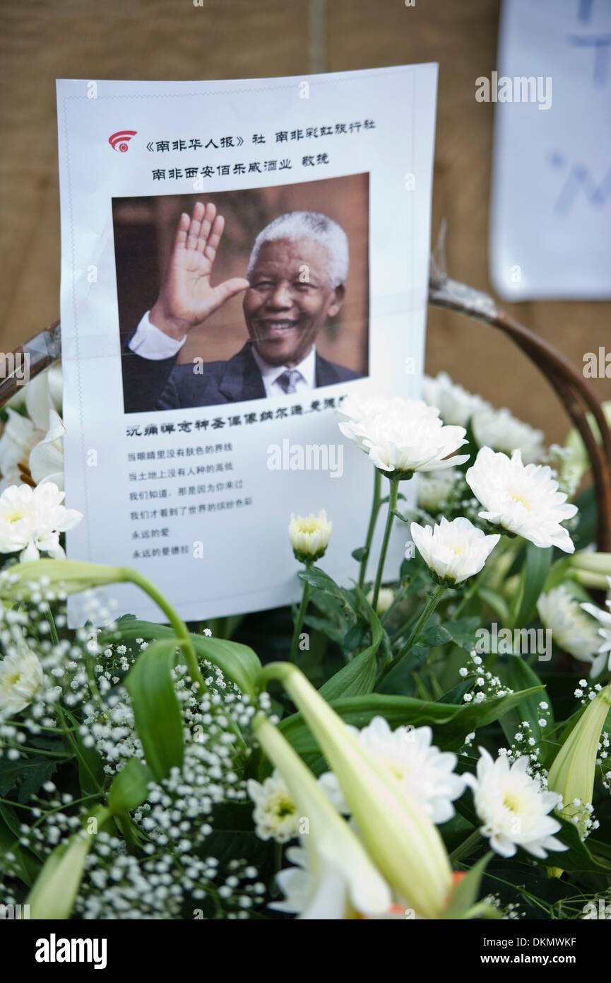 PRETORIA, SOUTH AFRICA - Saturday 7 December 2013, condolence messages in all languages on bouquets of flowers during a time of national mourning the death of the first democratically elected president, Nelson Mandela, at the Union Buildings in Pretoria, the capital of South Africa.  Credit:  Roger Sedres/Alamy Live News - Stock Image