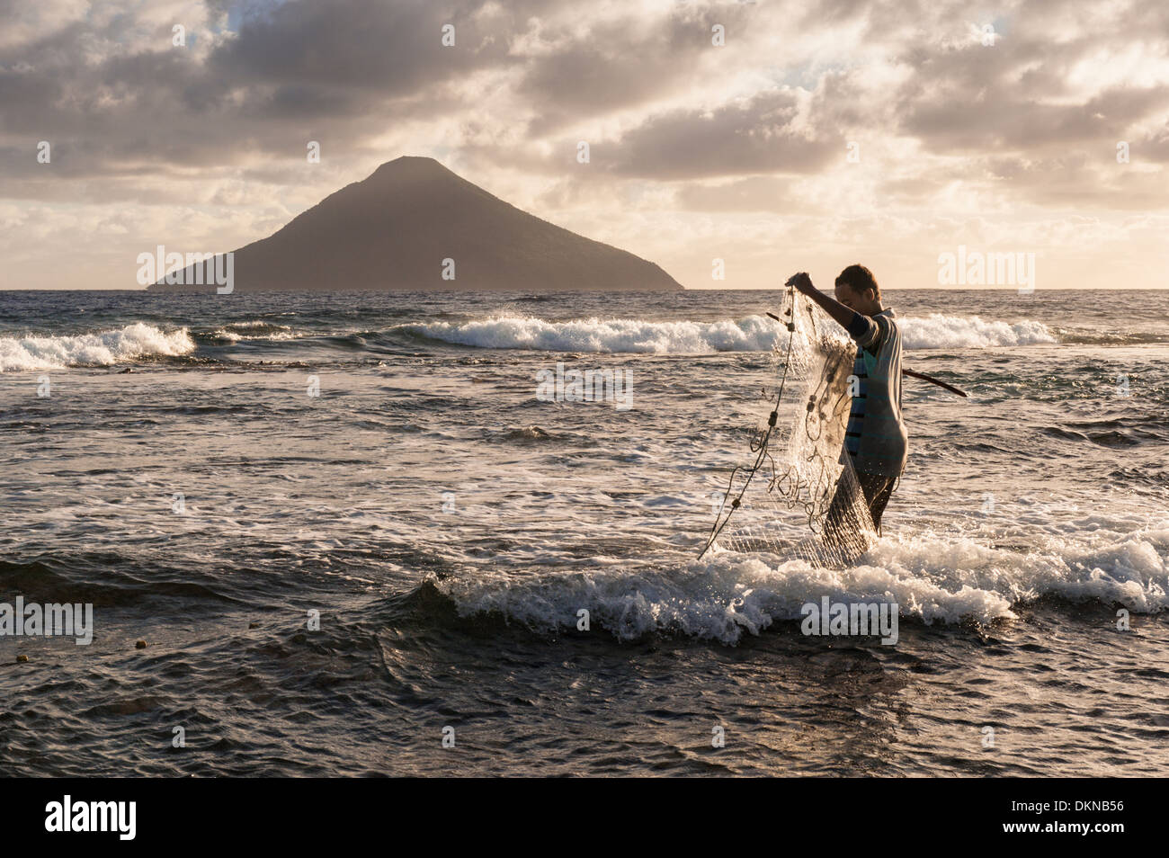 Young man net fishing off Hakautu'Utu'U island, on the edge of the lagoon at Niuatoputapu. Tonga - Stock Image