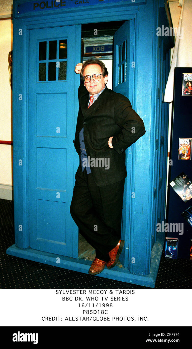 SYLVESTER MCCOY & TARDIS.BBC DR. WHO TV SERIES.16/11/1998.P85D18C. - Stock Image