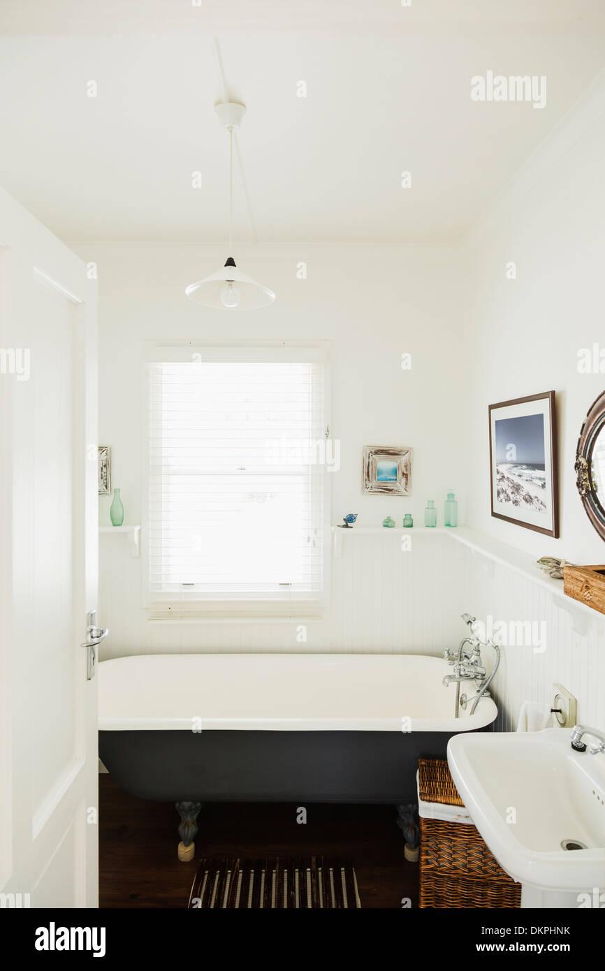 Claw foot bathtub in luxury bathroom - Stock Image
