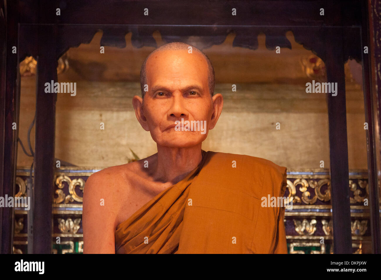 The waxwork dummy of an ex-abbot in the Chedi Luang temple (Chiang Mai - Thailand). Statue en cire d'un ancien moine supérieur. - Stock Image