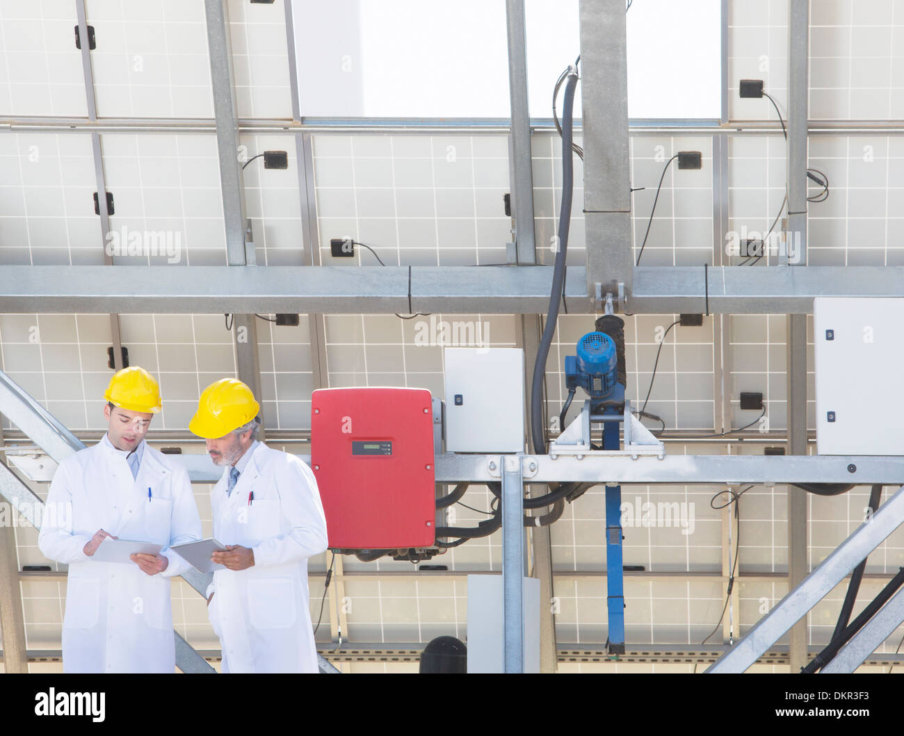 Scientists talking in lab - Stock Image