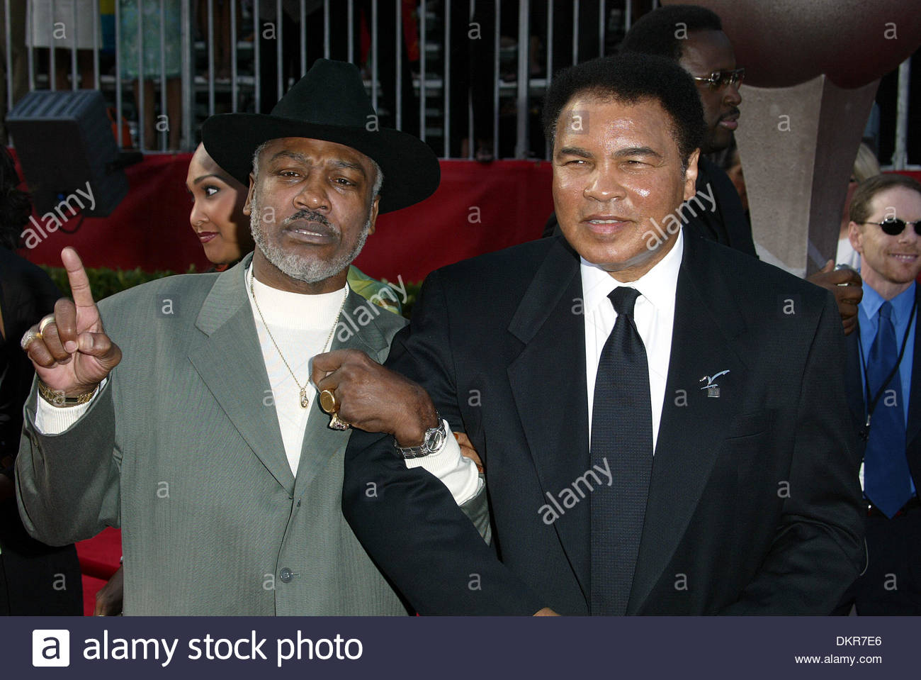July 10, 2002 - Hollywood, California, U.S. - Boxing greats MUHAMMAD ALI and JOE FRAZIER share a laugh on the red Stock Photo