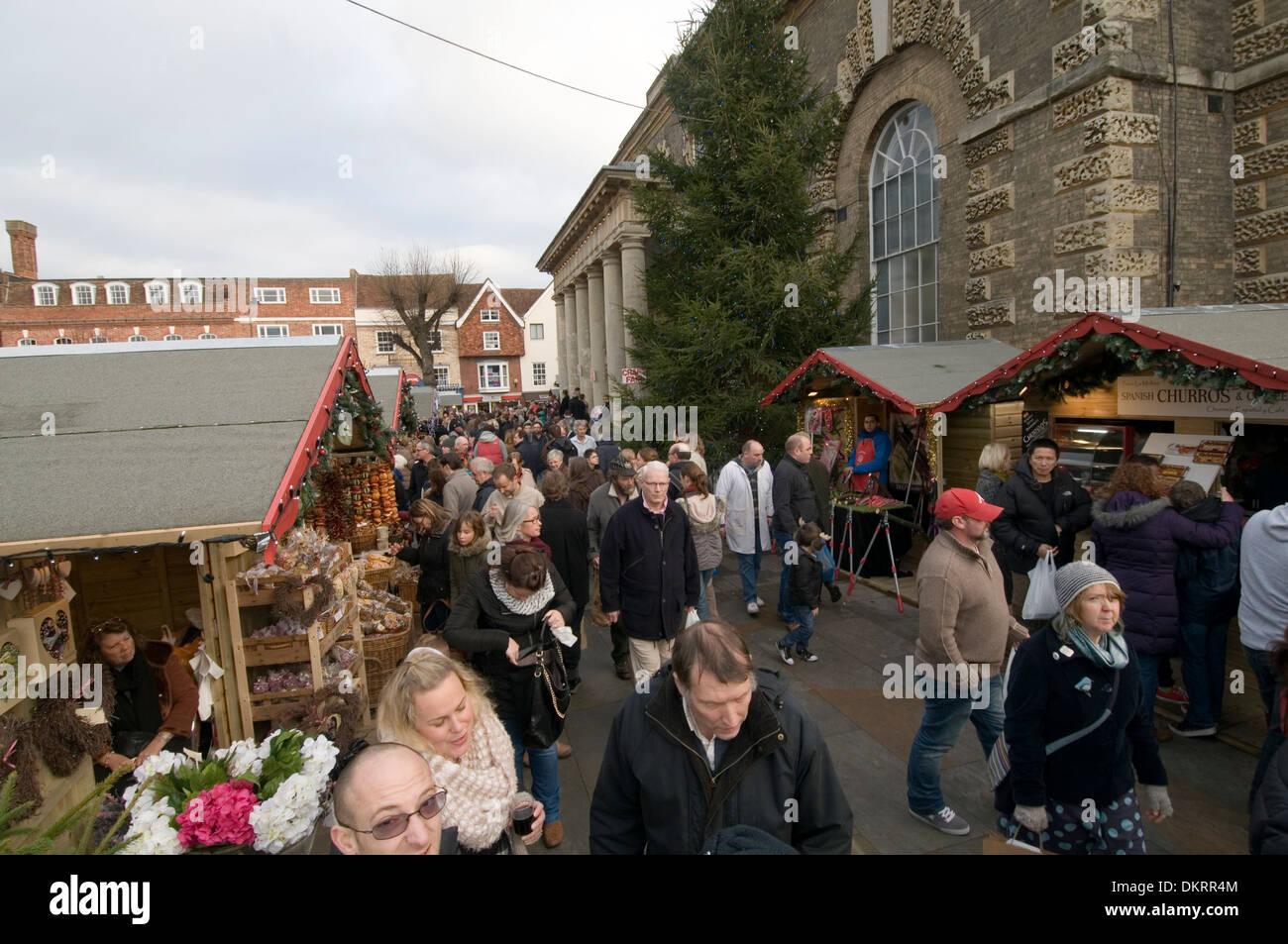 salisbury market square uk markets stall stalls holder holders food fresh fruit and veg vegetables vegetable busy town towns cen - Stock Image