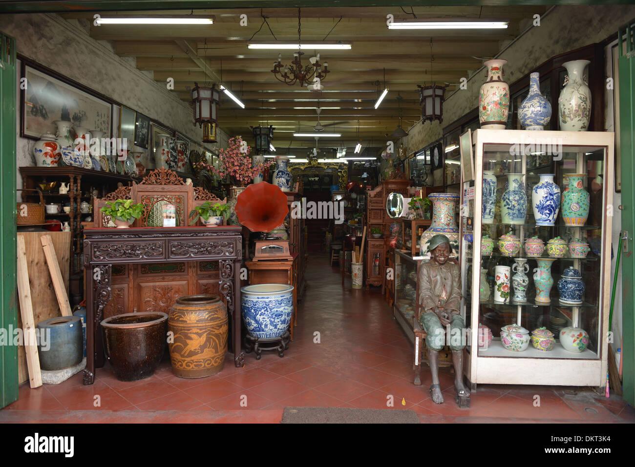 Antiquitaeten Laden, Jonker Street, Melaka, Malaysia / Antiquitäten - Stock Image