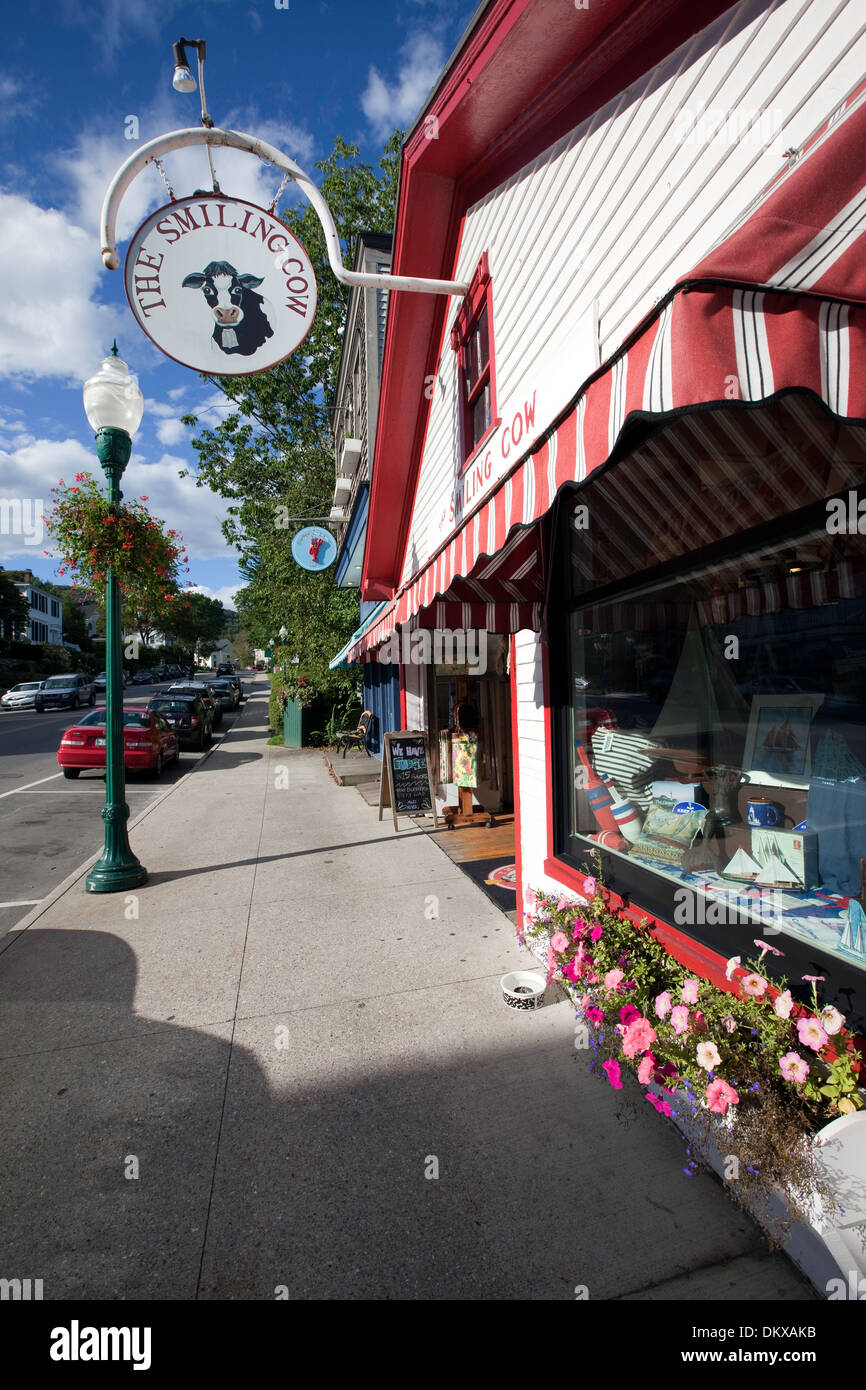 One of the many charming gift shops that line the streets in Camden, Maine - Stock Image