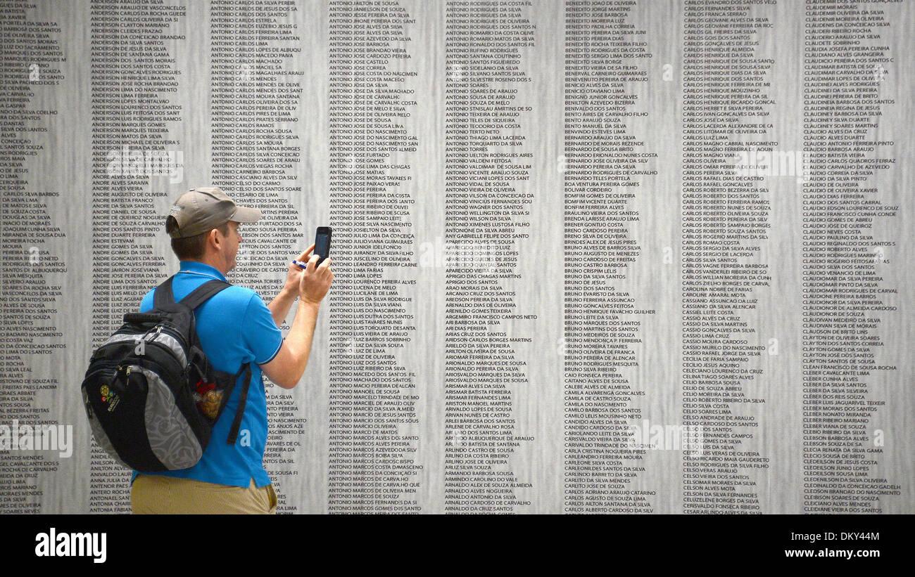 Ein Journalist fotografiert im «Stadion Nacional Mane Garrincha» am 09.12.2013 eine Wand mit den Namen der Bauarbeiter, die das Stadion errichtet haben, während eines Stadionrundgangs in der brasilianischen Hauptstadt Brasilia. Das Estadio Nacional Mane Garrincha ist eines der Stadien während der Fußball-Weltmeisterschaft 2014 in Brasilien. Foto: Marcus Brandt/dpa - Stock Image